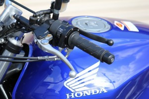 片腕のみで乗れるバイク左手専用仕様!