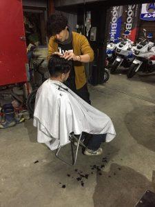 お店で散髪!